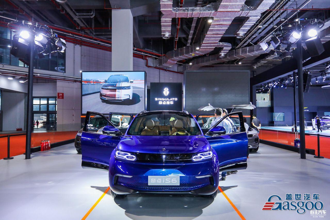 较之往年,今年上海车展呈现出的一大亮点便是一大波新兴造车企业蜂拥而至。这其中包括知名度较高的蔚来,也有新近露面的云度,更有一些尚处在概念车开发期的新面孔。这些传统车企眼中的不速之客,正在用不断亮相的概念车、新技术和未来战略,来实现他们的梦想与现实。这些昔日闻所未闻的造车新势力究竟都是什么来头?下面请跟随盖世汽车的脚步来探知一二。 蔚来汽车   要论这批新兴造车企业的知名度,蔚来汽车绝对当仁不让。从此次展台的火爆程度可见一斑,即使在接近尾声的工作日观展,蔚来汽车展台依旧人流爆棚,丝毫不输于8.