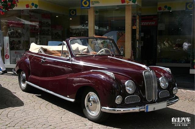 图25 BMW 502 软顶敞篷版 BMW于1955年在法兰克福车展上展出了BMW 503和507。它们是两款和502同一平台的跑车。503于1956年上市,车身尺寸长/宽/高/轴距分别/mm。车重1500Kg。采用2168CC发动机,最大功率为130Kw,最高时速193Km/h,百公里加速时间为13S。 507在BMW虽然被认为是BMW历史上的第一款Z系列轿车,但是它却给BMW公司带来了巨大的损失。1956年,Max Hoffman将507引进到美国,为了冲击销量,Max将它的价格定为5000美元,但