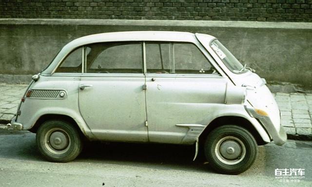 图28 BMW 600 也许是BMW 600惨淡的销售让BMW的设计师们清醒了一点,1959年问世的BMW 700完全抛弃了600的外形设计,不过他们把BMW的双肾进气格栅也取消了。虽然1965年停产时BMW700也卖了188211辆,但是总体上讲,BMW这次涉及微车市场并不是很成功。700之后,BMW就放弃了进行微车方面的车型开发,直到1994年收购MG之后,MINI让他们重返这一块市场。2000年BMW把MG、ROVER等一系列品牌再次出售而单独保留了MINI品牌,除了看中了MINI车型的影响力之外