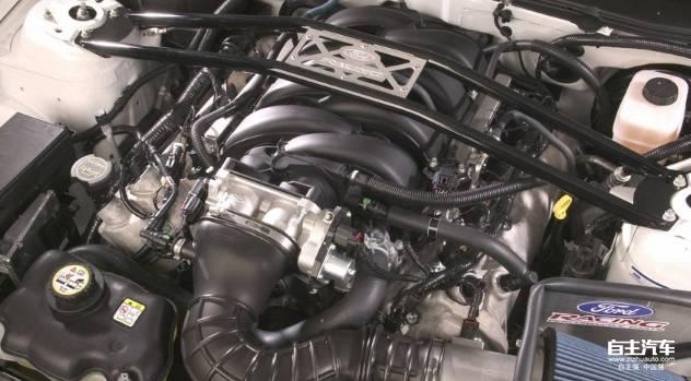 发动机震动发出一些声音是正常现象,但有些特殊的声音和可能就意味着潜在的故障了。比如比较刺耳皮带啸叫声,这一般是因为皮带打滑造成的;发动机运转时金属件干摩擦的尖锐声音,这一般是发电机、水泵、转向助力泵轴承损坏的原因。 3、轮胎异响