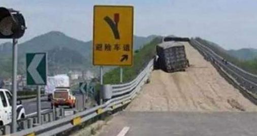 自动挡的汽车如何下坡?老司机:别再用D档了,用这个档位最好!